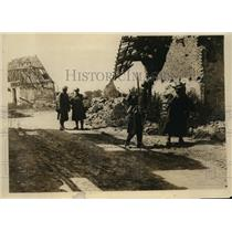 1918 Press Photo Belgian Soldiers Patrolling Village Just Captured From Enemy