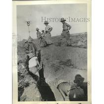 1935 Press Photo Italian Troops Digging Trenches - nef56373