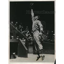 1938 Press Photo Athletics' Dick Siebert reaches for ball vs Cleveland Indians
