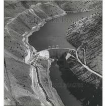 1958 Press Photo Rain and hail dispersed crowd at the dedication of Pelton Dam