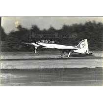 1980 Press Photo Northrop T-38 planes, traveling at 170 mph touches down lightly
