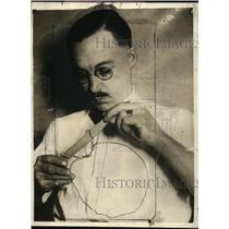 1925 Press Photo Cecil Adams examines garrote used by Dr. Thomas Young
