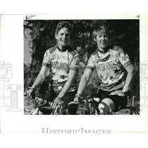 1994 Press Photo Cycling friends Beth Perkins, left, and Sharon Hall - spa35326