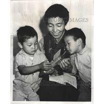1965 Press Photo Chimi Labrang Tibetan Nun of Seattle, Washington with Family