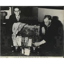 1930 Press Photo Det Sgt Ira Martin & Det William Pratt shows dynamite bomb