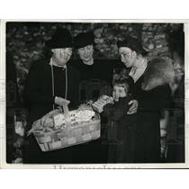 1937 Press Photo Lady Lindsay, Mrs. Cordell Hull Giving Salvation Army Baskets