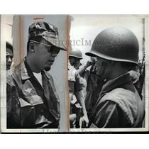 1964 Press Photo Gen Nguyen Khanh Talks to Helmeted Soldier in Ham-Tan