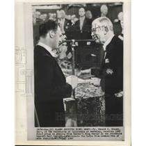 1960 Press Photo Dr. Donald A. Glaser Receives 1960 Nobel Prize from King Gustaf