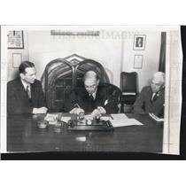 1942 Press Photo Canada Prime Minister Mackenzie King Signs Highway Agreement