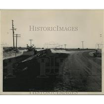 1945 Press Photo Highway to Mantoc Putting Down Asphalt - ney24227