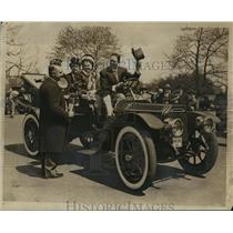 1946 Press Photo Alec Ullman Greeting Jimmy Melton & Wife in 1910 Victoria Car