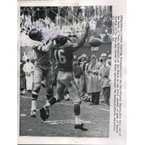 1958 Press Photo Eagles Tom Brookshier knocks down pass to Giants' Frank Gifford