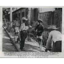 1954 Press Photo Stringing Barbed Wire in Hanoi, Vietnam for communist Attacks