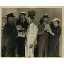 1936 Press Photo Postmaster Snedeker Gives Veteran Bonuses, Chicago - ftx00421