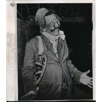 1967 Press Photo North Vietnamese Prisoner of War, Pleiku Camp Dressed as Clown