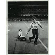 1975 Press Photo New Orleans Saints- Saints mascot Gumbo rides in his wagon.