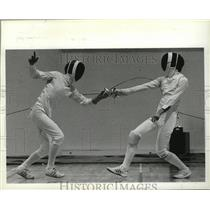 1985 Press Photo Randall Griffiths and Pete Mahnke enjoy fencing - spa42344
