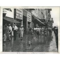 1945 Press Photo Canal Street Crowd Overcomes Rain