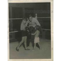 1922 Press Photo Lester M Schnitzer learns boxing at NY's Levy' sGym at age 3