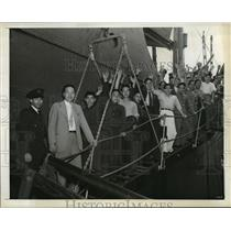 1942 Press Photo New York Tsune Chi-Yu comes ashore with sailors NYC - neny06490