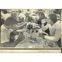 1974 Press Photo New Orleans Saints - Team members eating in Vero Beach.