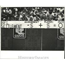 1982 Press Photo New Orleans Saints Fans with NFL Settlement Banner - noa00813