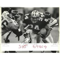 1989 Press Photo New Orleans Saints Football Player Breaks Through Tackle