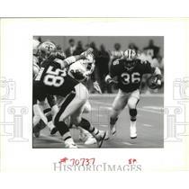 1994 Press Photo New Orleans Saints Players Runs Around Offensive Line