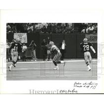 1993 Press Photo New Orleans Saints Players Trying to Stop Sharpe Touchdown