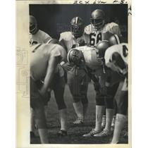 1974 Press Photo Tommy Thibodeaux in New Orleans Saints Offensive Huddle