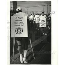 1988 Press Photo New Orleans Saints - James Gerthers walks picket line.