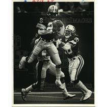 1983 Press Photo New Orleans Saints - Johnnie Poe intercepts ball against Bears.