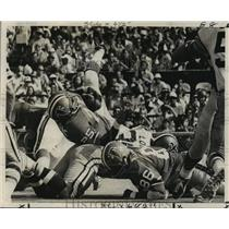 1972 Press Photo New Orleans Saints - Dave Long Trips Art Malone of Falcons