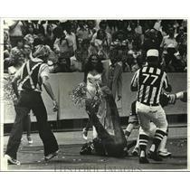 1978 Press Photo New Orleans Saints- Spectators at scene found it amusing.