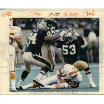 1988 Press Photo New Orleans Saints- Saints high five over Tampa Quarterback.