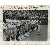 1974 Press Photo New Orleans Saints- Saints stand solemnly for National Anthem.