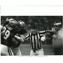 1985 Press Photo New Orleans Saints- Referee Gordon McCarter separates players.