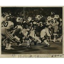 1972 Press Photo New Orleans Saints- Buffalo RB O.J. Simpson reaches for room.