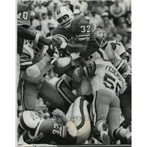 1973 Press Photo New Orleans Saints- Orange Juice is squeezed by Saint defense.