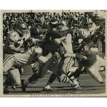 1971 Press Photo New Orleans Saints- Saints Strong bottled up by Carl Eller