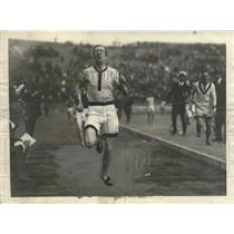 1923 Press Photo WR Milligan captain of Oxford track team in a relay - net33120