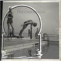 1933 Press Photo Madeleine Reed looks on, her sister, Edith dives into the pool