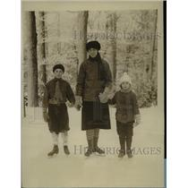 1927 Press Photo Mrs G H Halley With Children Jack & Mary Try Out Skating Rink
