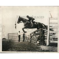1923 Press Photo Becky Lanier on Bolling jumps at Westchester County Horse Show