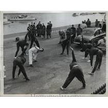 1960 Press Photo Cambridge boat crew at practice in London - net33819