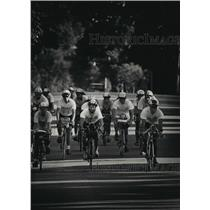 1991 Press Photo Rob Birdsell and Aid participants ride down Lake Drive Chicago