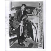 1956 Press Photo Playwright Arthur Miller Leaves Idlewild Airport, New York