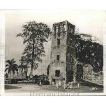 1942 Press Photo Panama Canal Sailor Guards Explore Cathedral Tower Ruins