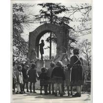 1951 Press Photo Vienna, Austrian Children at Johann Strauss Statue - ftx02333