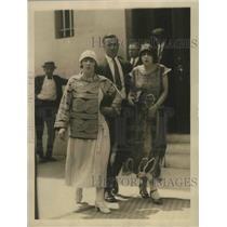 1924 Press Photo Deputy Sheriff holding two women in gem theft - sbz01088
